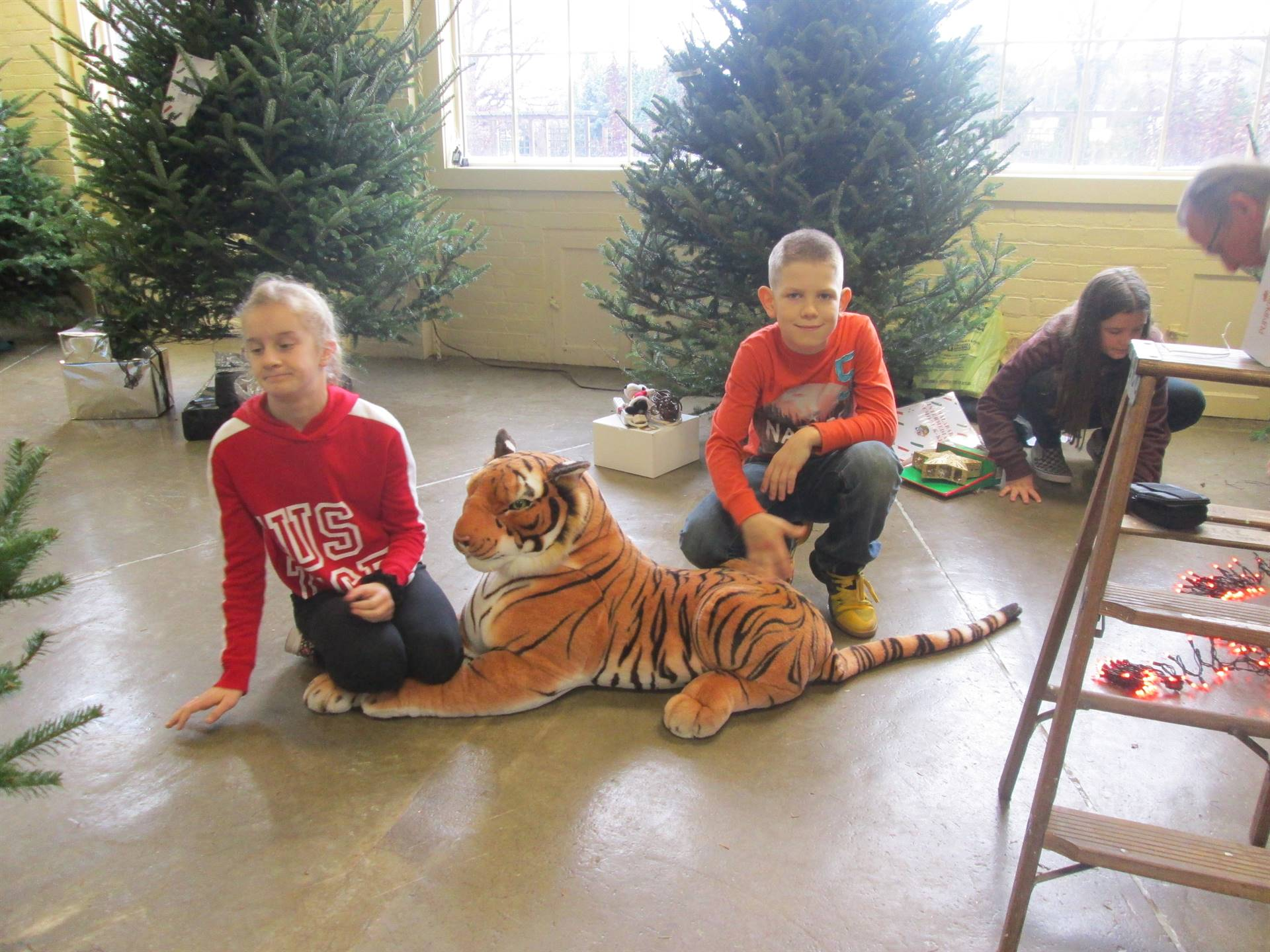 McKenzie Musgrove,Mason Hamilton K-Kids decorating Malabar Tree at Kingwood